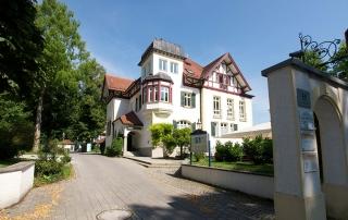 Die Zufahrt von der Rosenheimer Straße 55 in Bad Abling.