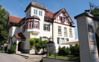 Die Villa, in der sich unsere Büroräume befinden. Parkplätze und Eingang sind auf der Rückseite der ehemaligen Arztvilla.