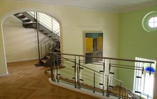 Treppenhaus mit villentypisch hohen Decken. Unsere Büroräume befinden sich im zweiten und dritten Stock.